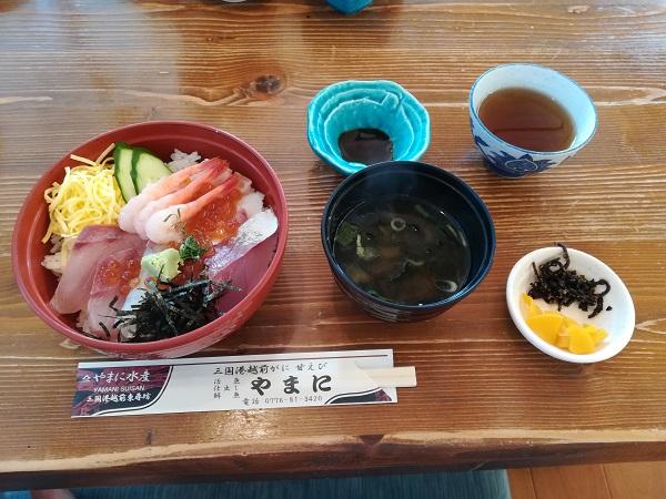 東尋坊にある海鮮丼の写真