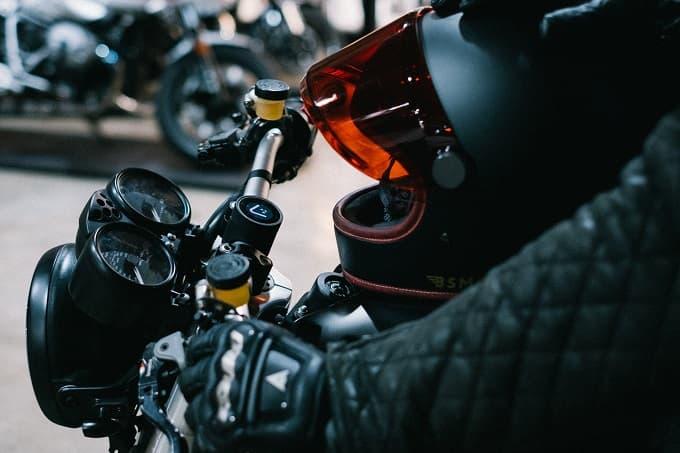 バイクのハンドルを握る様子のアイキャッチ画像