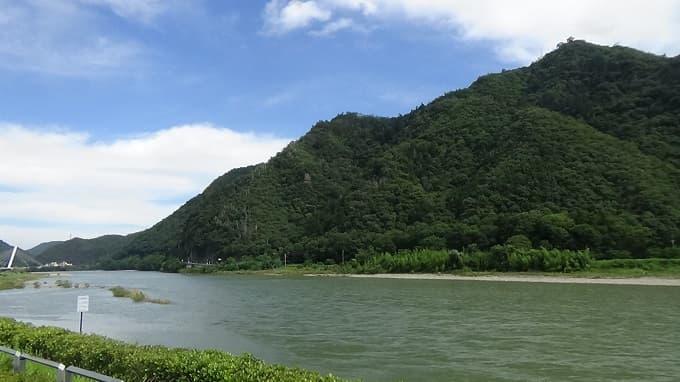 鵜飼ミュージアム周辺に見える金華山と長良川の風景写真