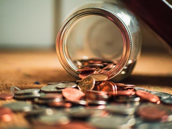 小銭がビンからこぼれる様子のアイキャッチ画像