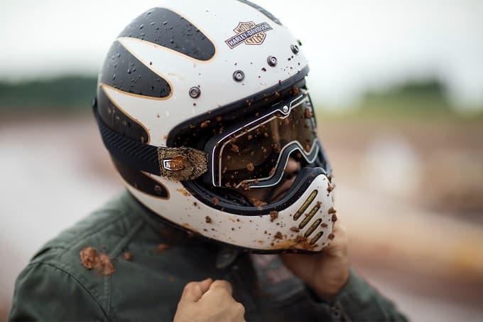 オフロードでヘルメットとゴーグルをしている様子のアイキャッチ画像