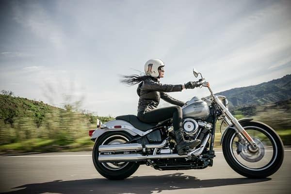 バイクに乗る女性のアイキャッチ画像