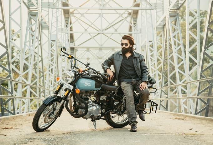 バイクとグラサン姿のダンディな男性が写ったアイキャッチ画像