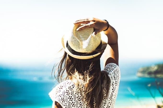 後ろ姿の女性と海の風景のアイキャッチ画像
