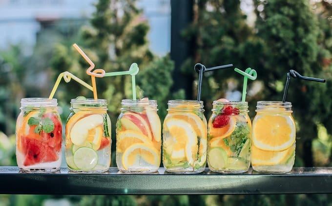 フルーツジュースが並んでいる様子のアイキャッチ画像