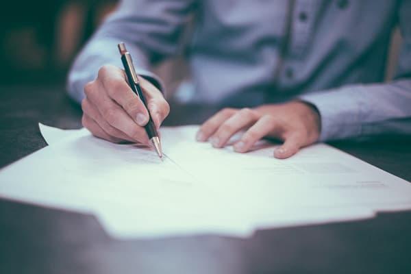 書類を書く男性のアイキャッチ画像
