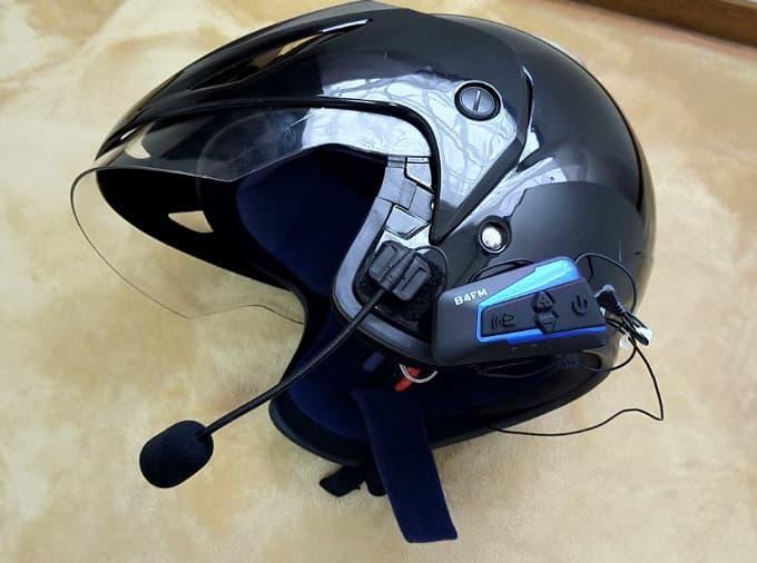 音楽が聴けるインカムをヘルメットに装着した写真