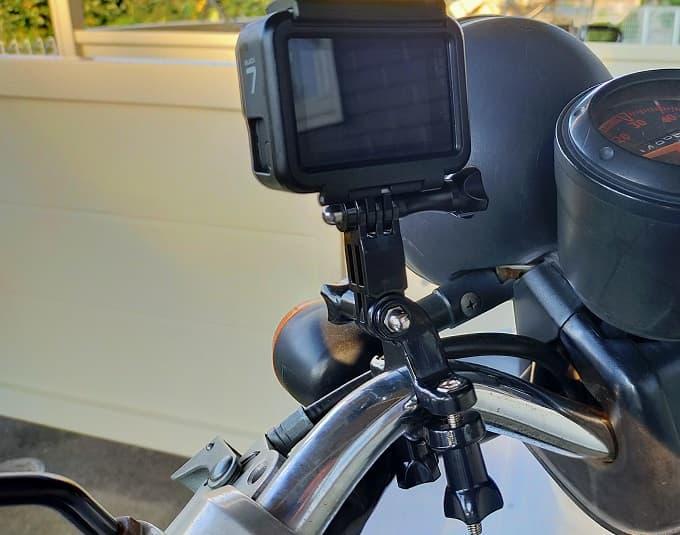 バイクへのドライブレコーダー代わりにアクションカメラを取り付けた写真