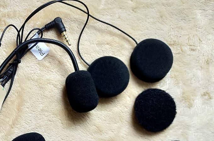 音楽を聴くためのインカムスピーカーの写真