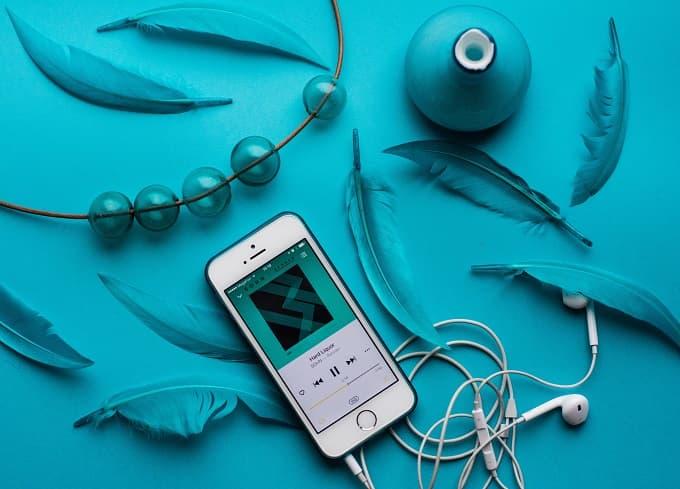 スマホとイヤホンで音楽を聴くイメージのアイキャッチ画像