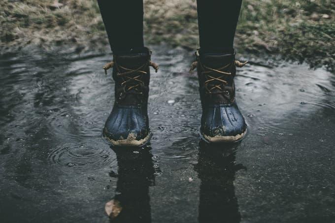 水たまりに靴で立つアイキャッチ画像