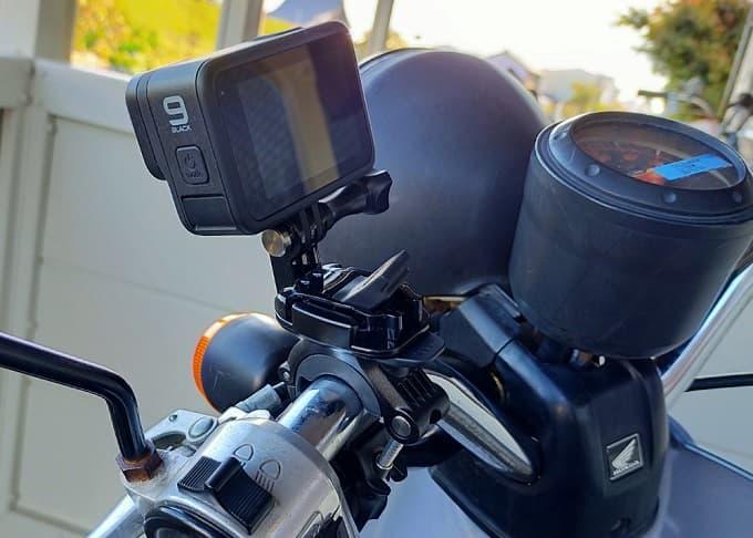 GoPro純正ハンドルマウント「ハンドルバーシートポストマウント」を原付に装着した写真