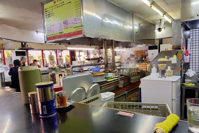 岐阜の老舗ラーメン店「桜ラーメン」の内観写真