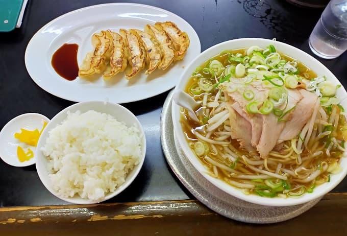岐阜の老舗ラーメン店「桜ラーメン」のラーメン・ぎょうざ・ごはんの写真