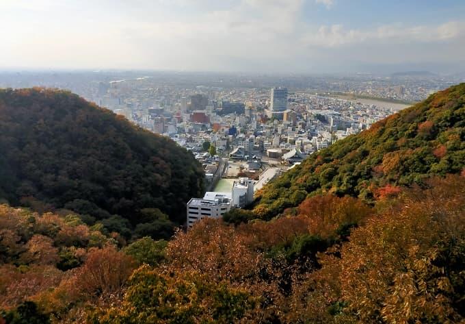 金華山ドライブウェイ探訪台からの紅葉と岐阜の街写真