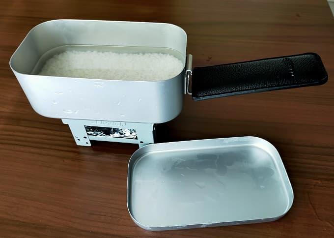 おすすめのMilicamp製メスティンで炊飯する様子の写真