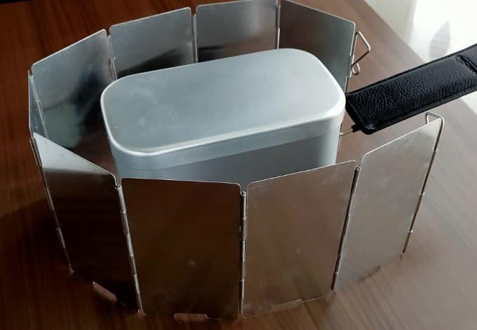 おすすめのMilicamp製メスティンセットをウインドスクリーンで囲った写真