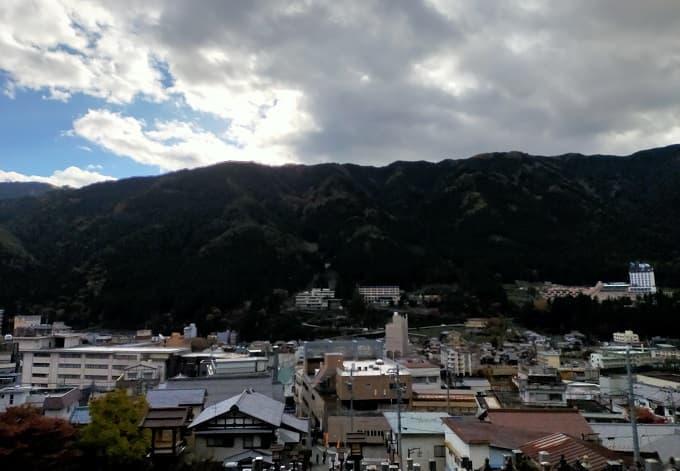 温泉寺から街を見下ろす風景写真