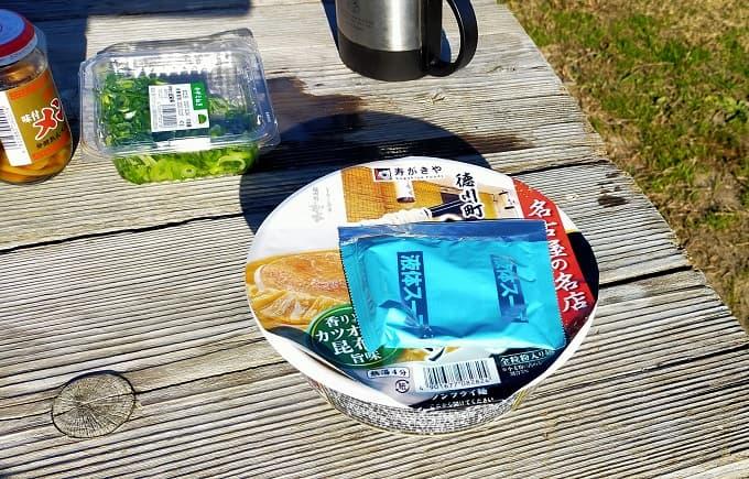 カップ麺と具材の写真