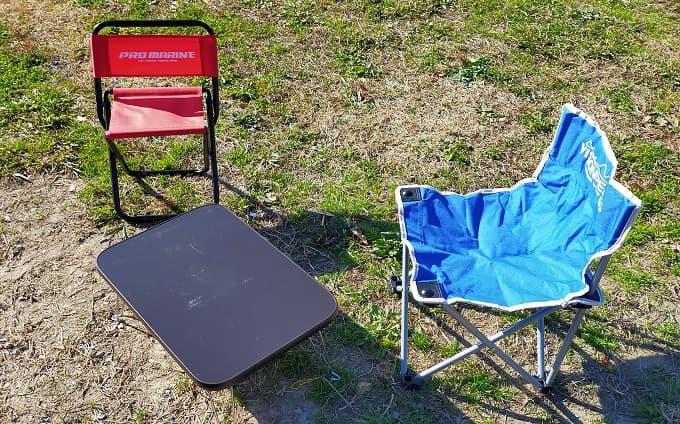 キャンプツーリングでの机とイスの写真
