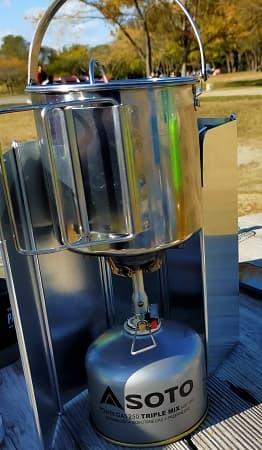 お湯を沸かすケトルとバーナー写真