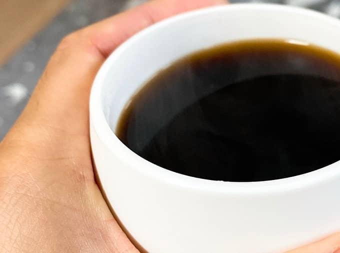 ダイネックスのマグカップを持っている写真