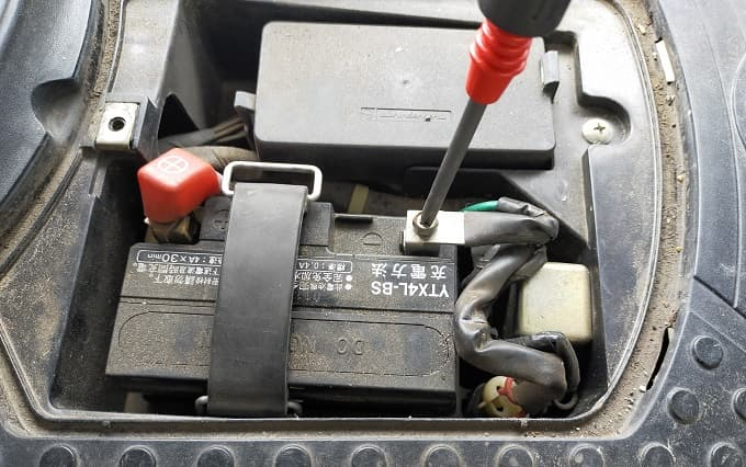 原付バッテリーの搭載部分