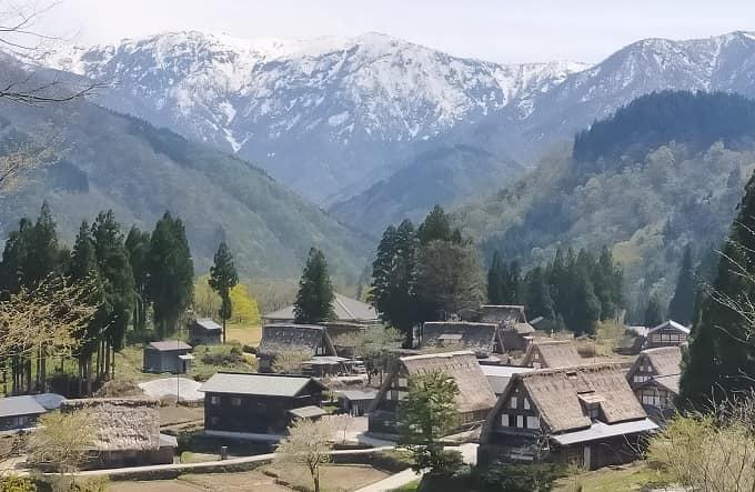相倉合掌造り集落と雪山の風景